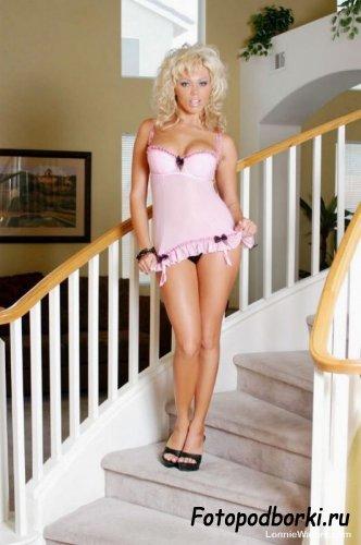 Блондинка в розовом (13 фото)