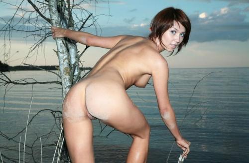 Голая девушка на фоне моря (20 фото)
