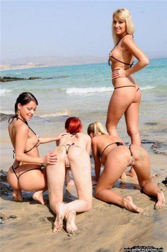 Девушки в мини-бикини (31 фото)