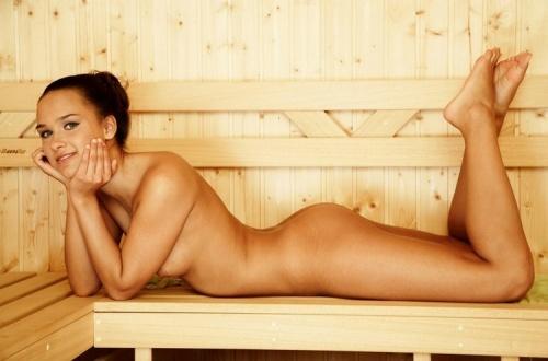 Раздетая девочка  в бане (20 фото)