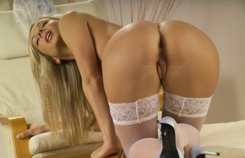 Блондиночка в прозрачном белье (19 фото)