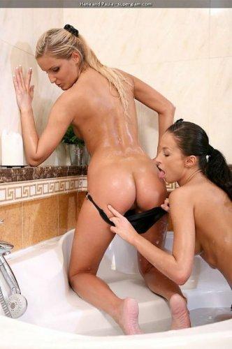 Блондинка и брюнетка - Hana & Paula в ванне (14 фото)