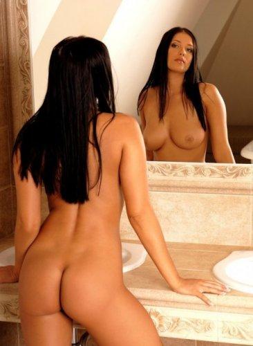 Горячая брюнетка в ванне (16 фото)