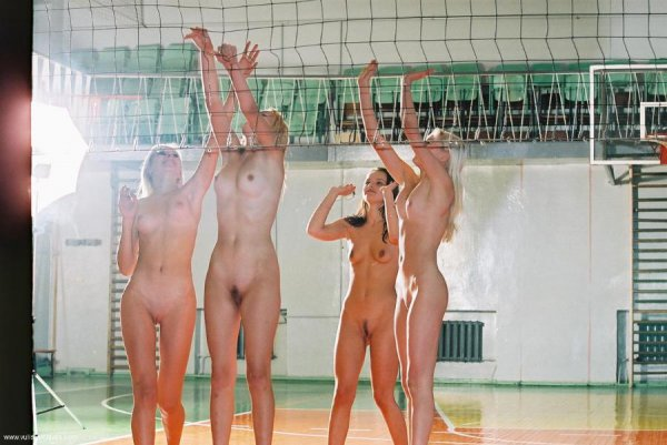 Голая играет волейбол