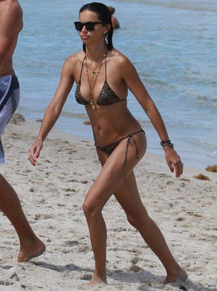 Адриана Лима в купальнике на пляже (7 Фото)