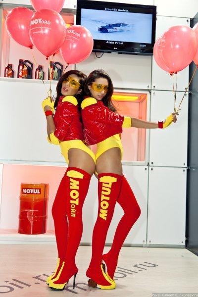 Девушки с мото выставки (28 фото)