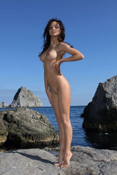 Голая красавица около моря (11 фото)