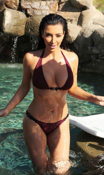 Kim Kardashian в бикини (7 фото)