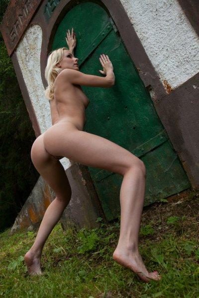 Худая блондинка в белом (20 фото)