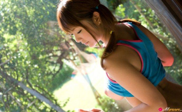 Голая японка в короткой юбочке (12 фото)