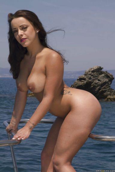 Телка отдыхает на море (12 фото)