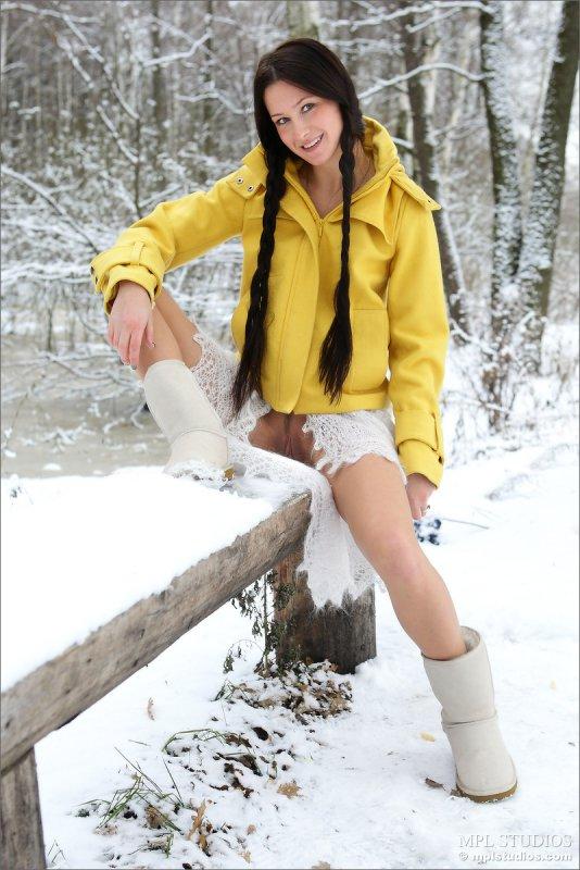 Молоденькая в зимнем лесу (12 фото)