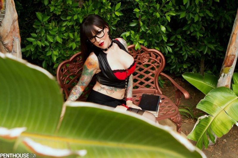 Короткая юбка страстной хулиганки (28 фото)