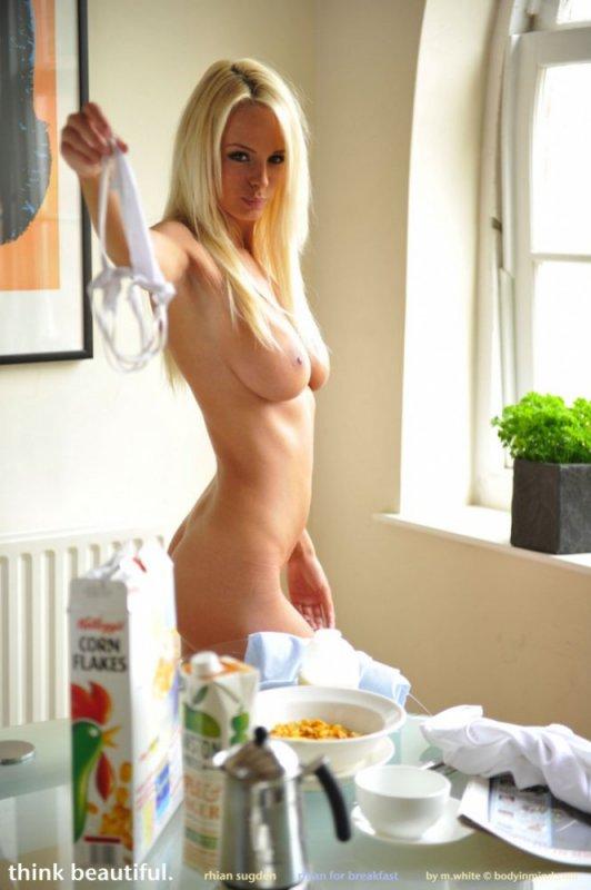 Блондинка с идеальной фигурой (14 фото)