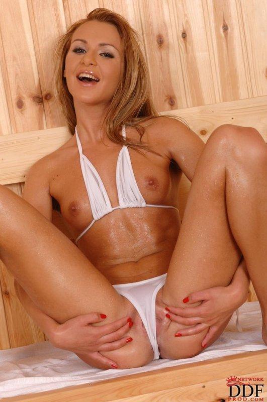 Голая блондинка скучает в сауне (20 фото)