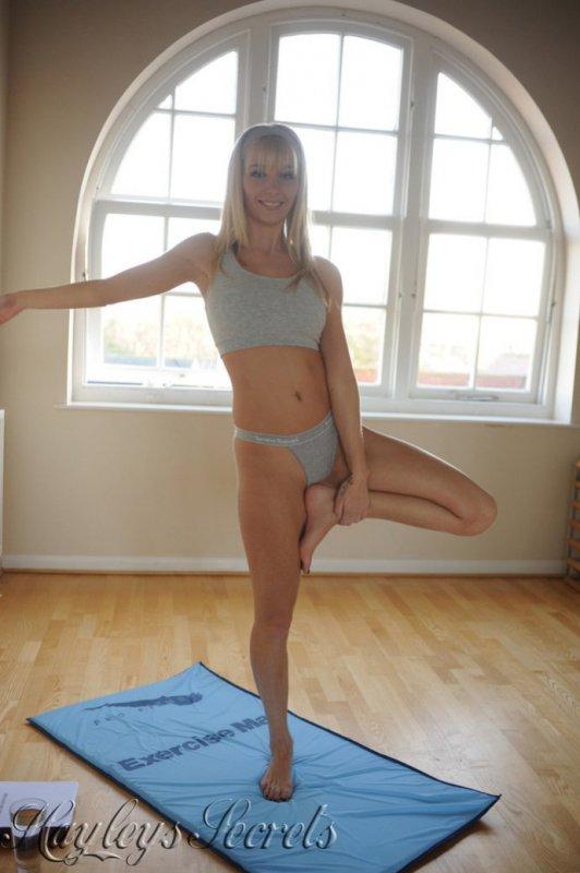 Голая девушка изучает йогу (12 фото)