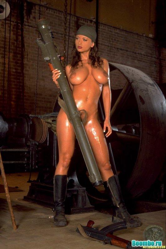 Грудастая девушка с оружием (20 фото)