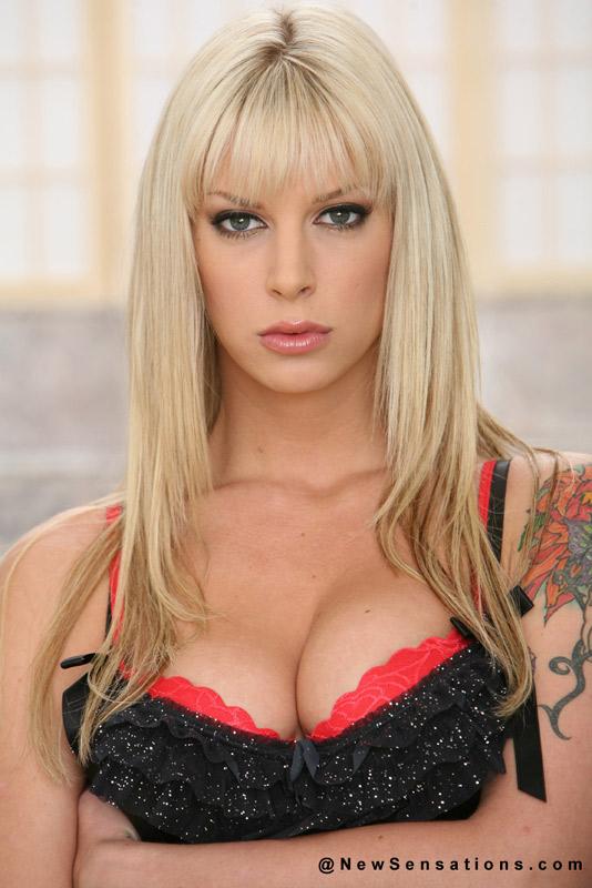 Татуированная блондинка (14 фото)