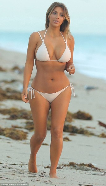 Белое бикини Ким Кардашян (11 фото)