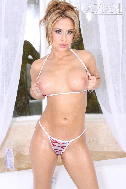 Девушка в бикини натирается маслом (16 фото)