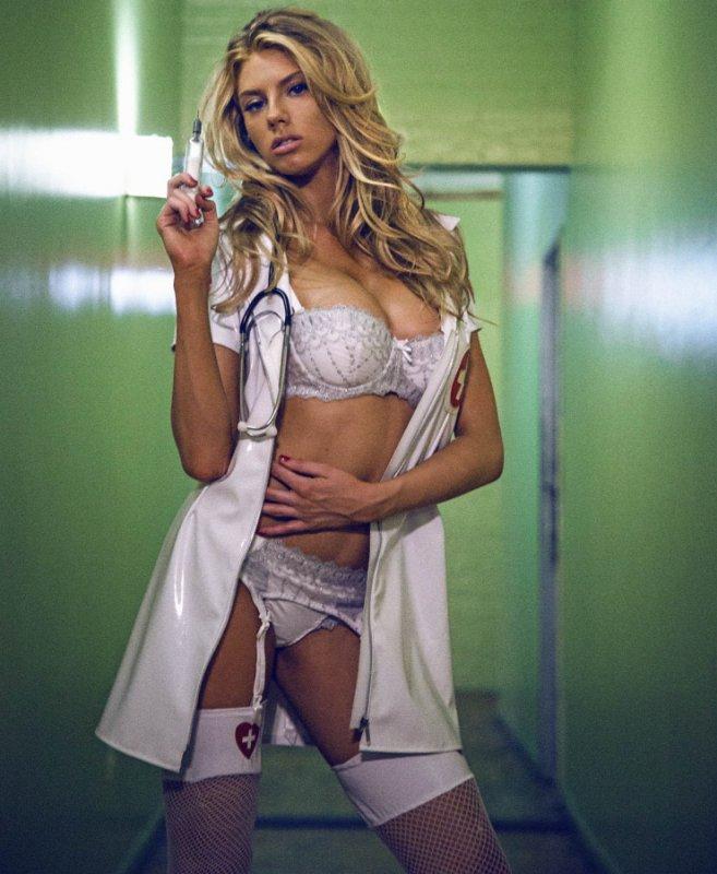 Charlotte Mckinney в роли медсестры (12 фото)