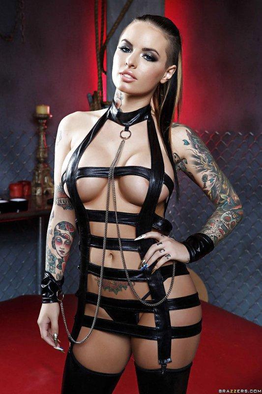 Татуированная девушка в латексе (15 фото)