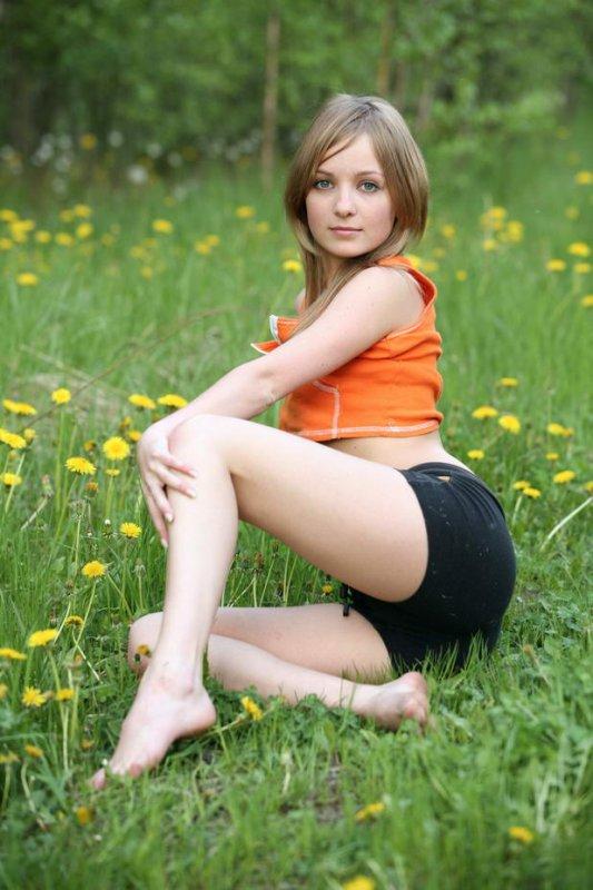 Русская девушка разделась в парке (16 фото)