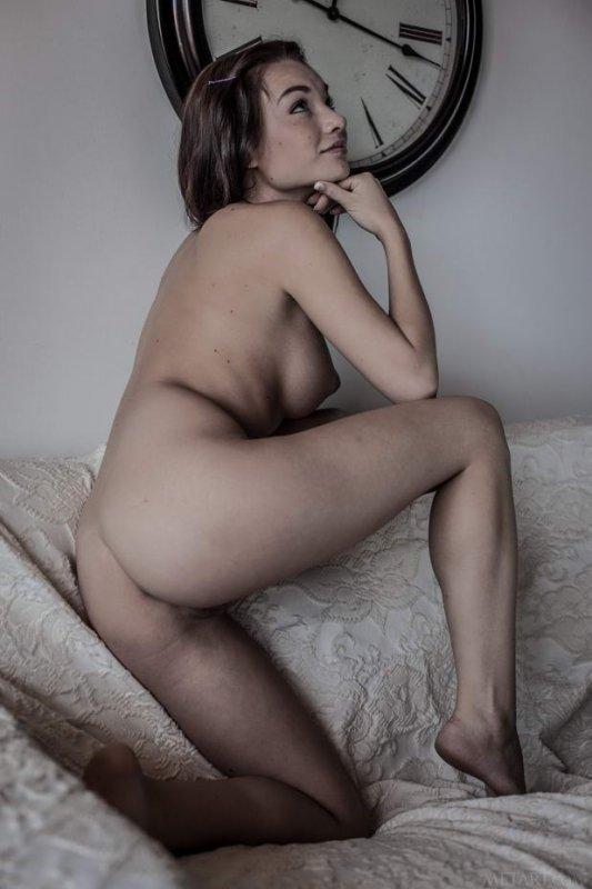 Девушка в платье без трусов (16 фото)