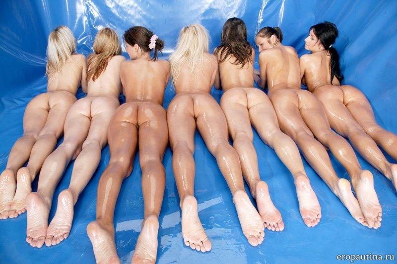 Голые девушки в масле (21 фото)