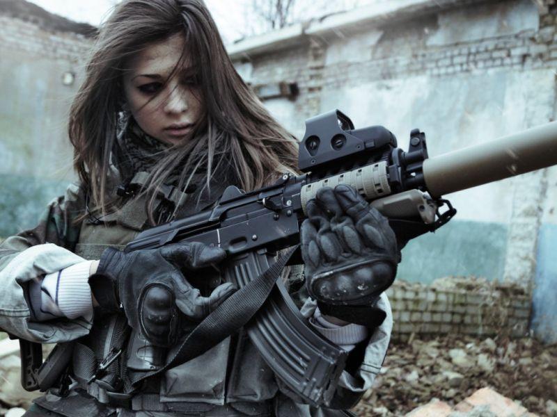 Сексуальные девушки с оружием (24 фото)