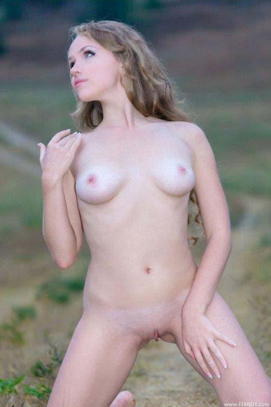 Русская голая девушка в поле (21 фото)