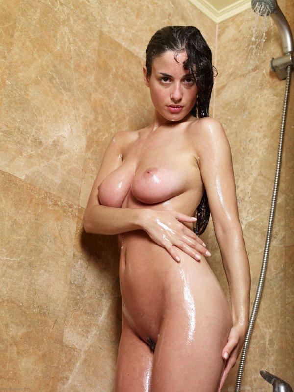 Голая девушка моется в душе (12 фото)