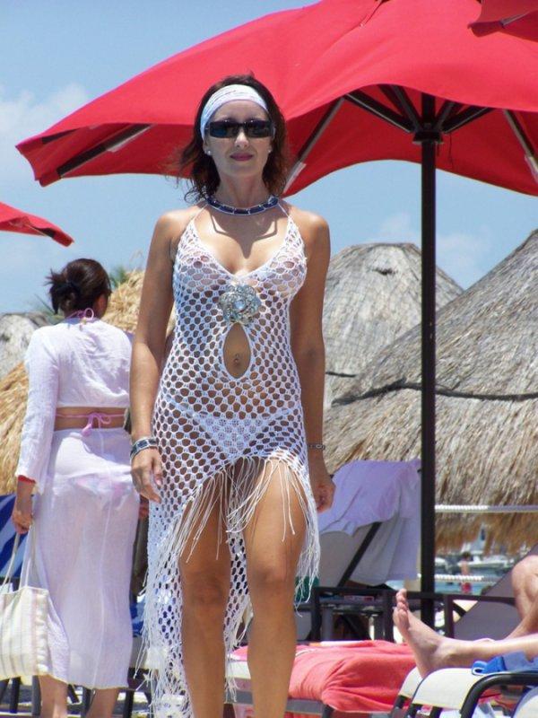 Прозрачные наряды девушек (22 фото)