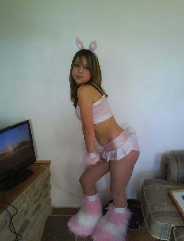 Девушки в костюмах заек и кошечек (31 фото)