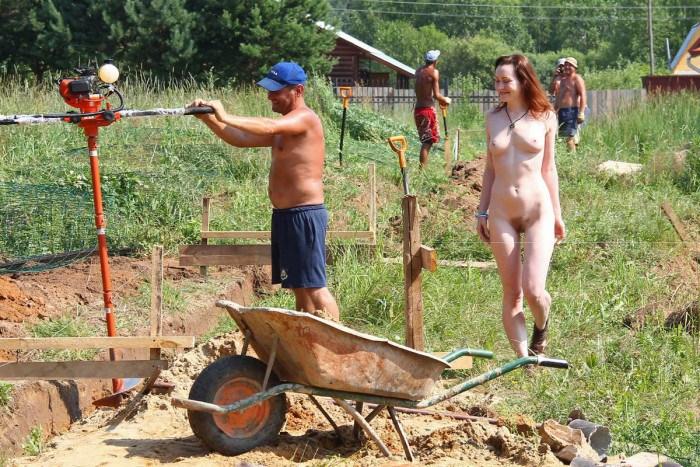 Девушка на стройке помогает строителям (18 фото)