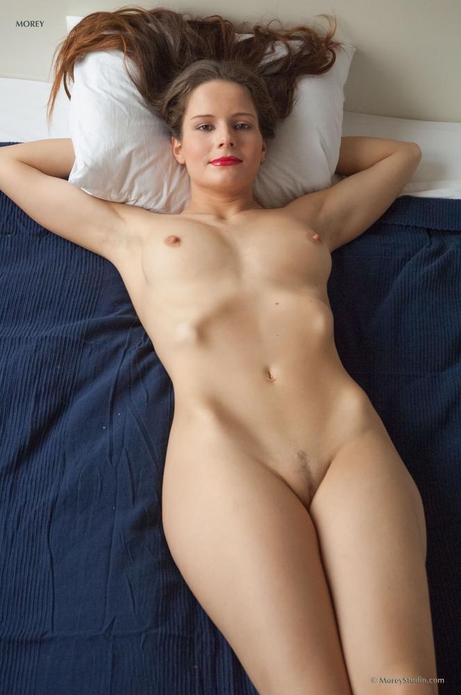 эротические фотографии в кровати в майки и трусиках домашнее фото