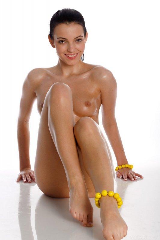 Мокрая молодая девушка позирует голая (20 фото)