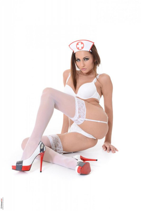 Голая медсестра без халата (13 фото)