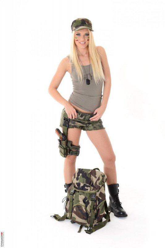 Армейская девушка сняла форму (15 фото)