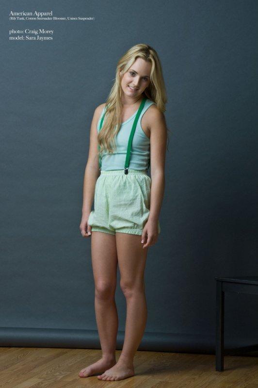 Стеснительно снимает домашнюю одежду (12 фото)