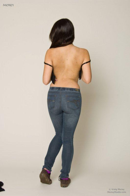 Скромная девушка в очках снимает джинсы (9 фото)