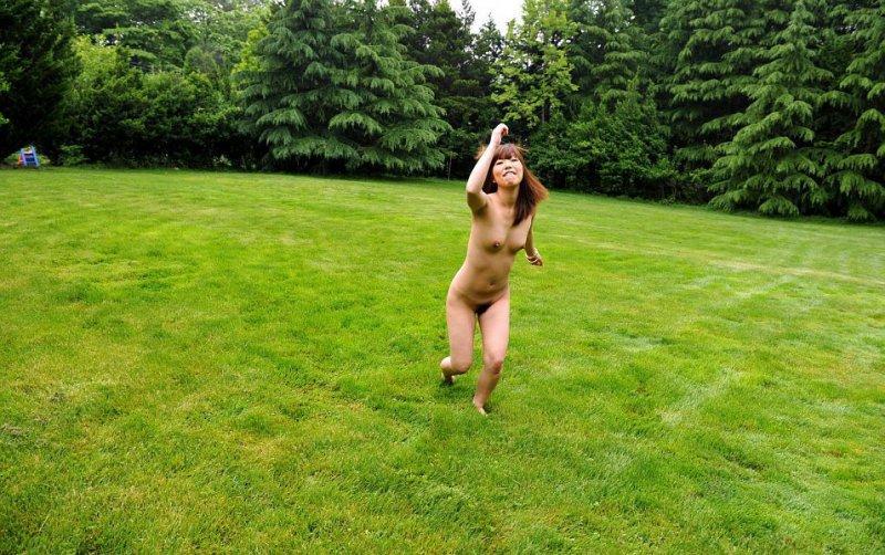 Голая японка гуляет по парку (14 фото)