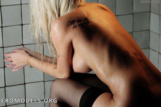 Devin Justine принимает душ в чёрном белье (22 фото)
