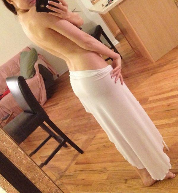 Селфи девушки в откровенном платье (9 фото)