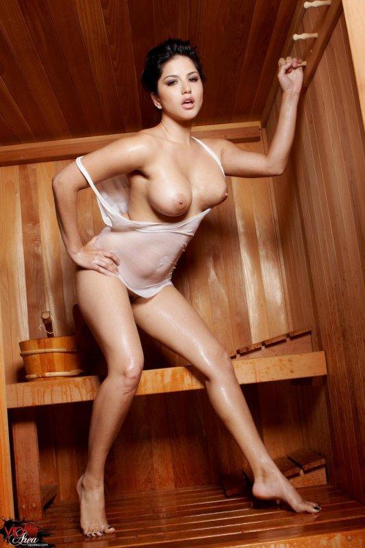 Sunny Leone голая в сауне (16 фото)