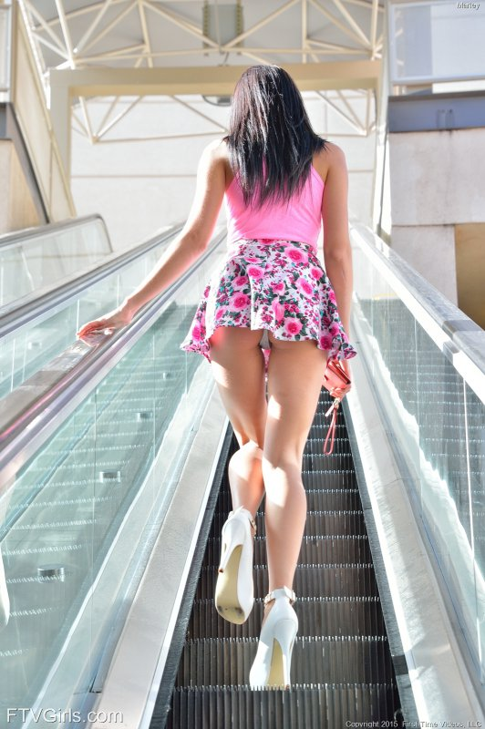 Молоденькая девушка гуляет голая по улице (16 фото)