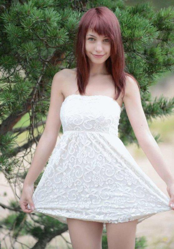 Молодая девушка гуляет голая в лесу (10 фото)
