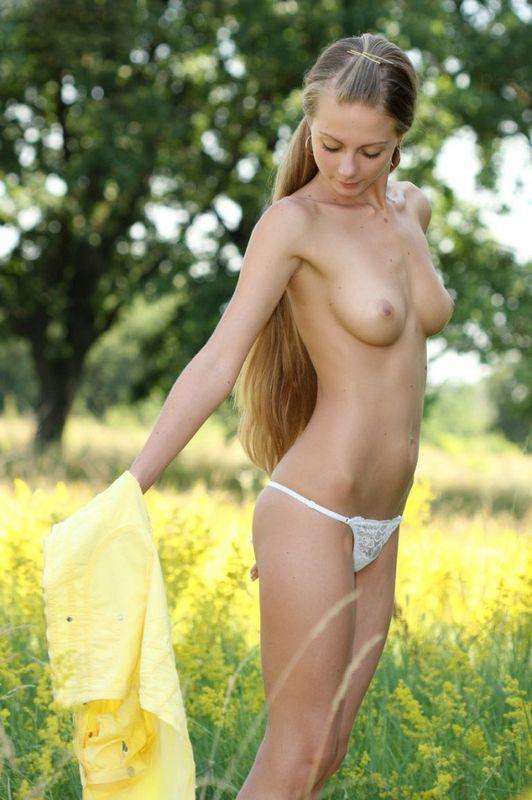 Симпатичная девчонка в гольфах нежится на природе