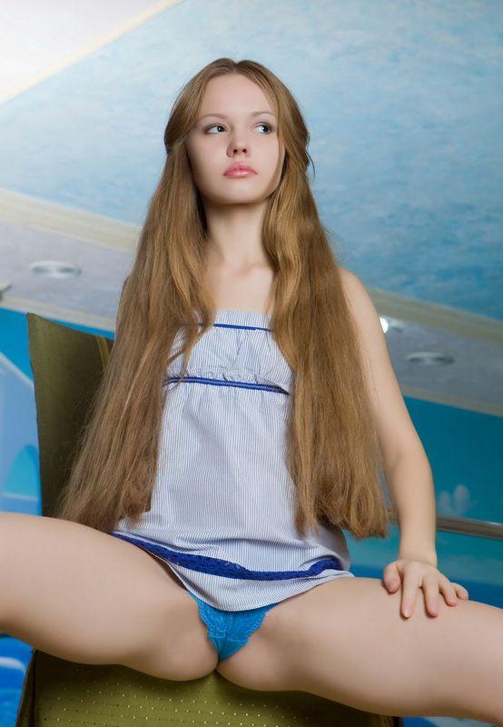 Распутная девка оголилась у бассейна