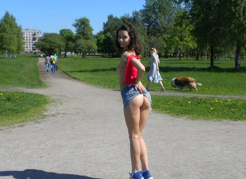 Бесстыжая девушка показывает интим на улице